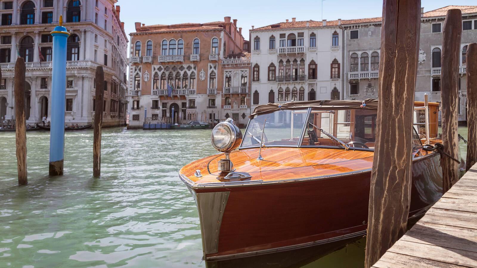 Aman Venise Canal Boat