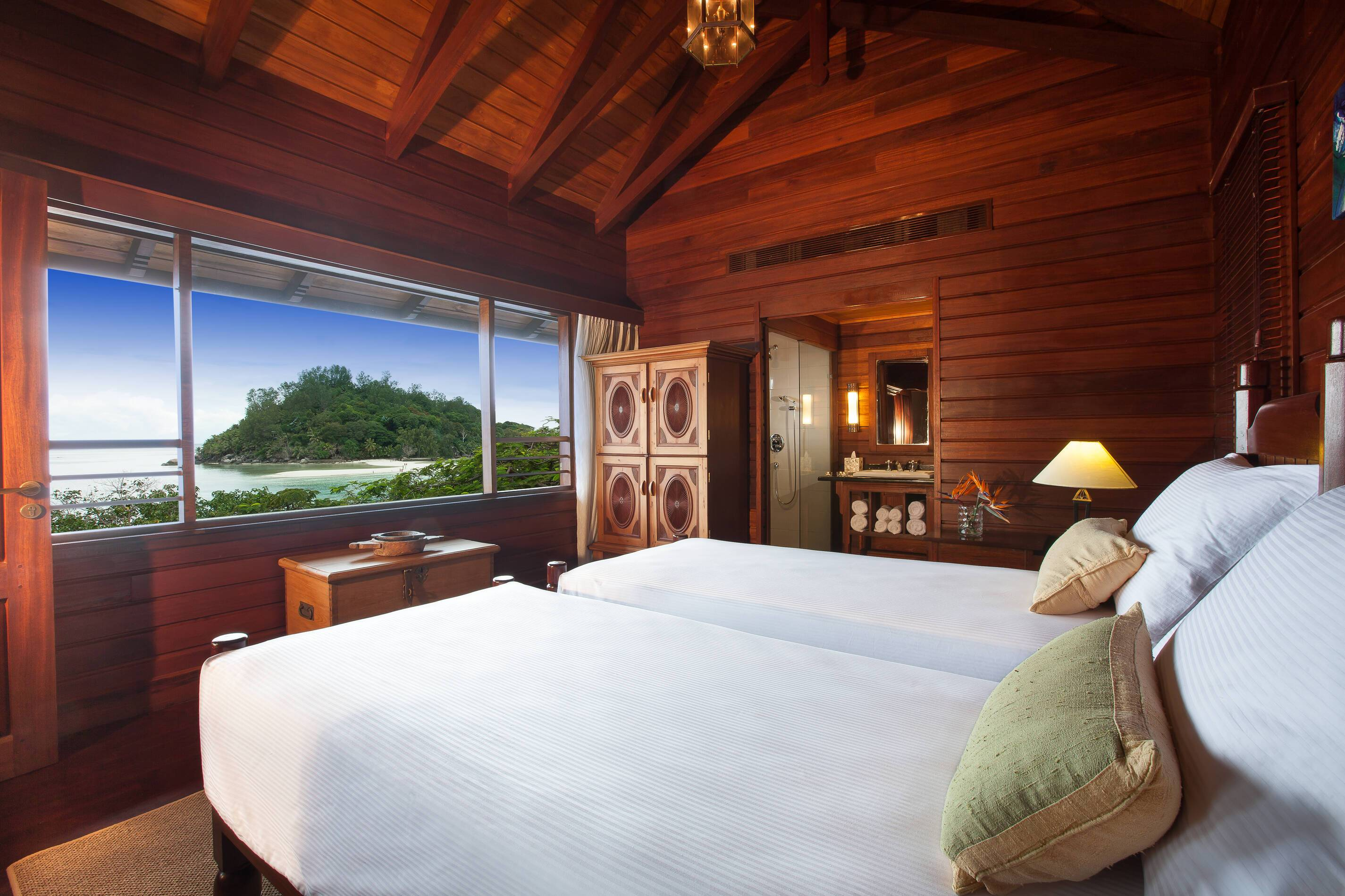 EnEnchanted Island Seychelles owners signature villa chambre